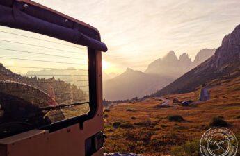 Ein Sonnenuntergang aus dem Defender Camper am Pass Pordoi.