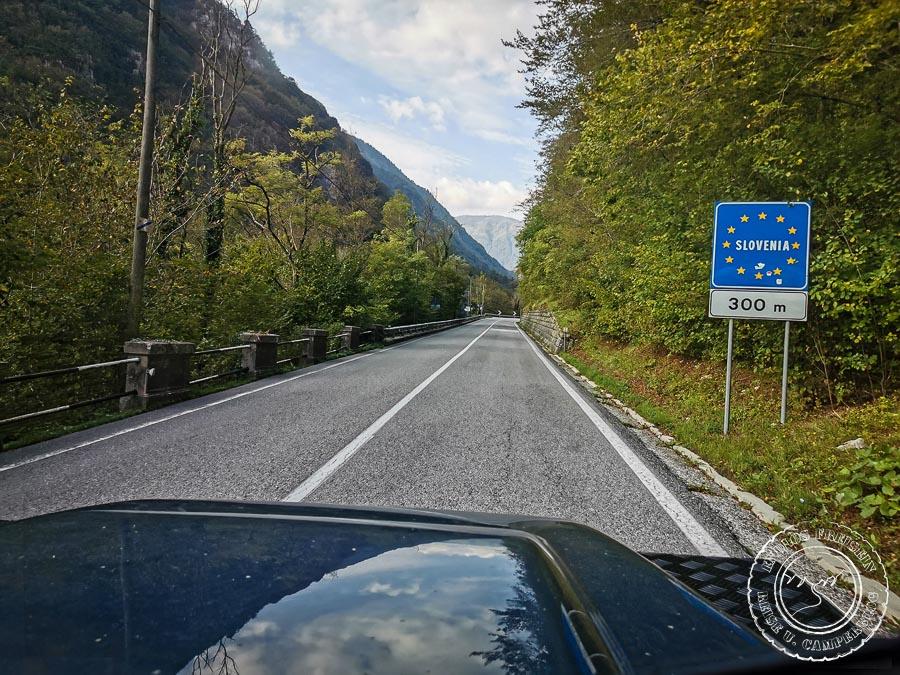 Blick auf die Strasse in Italien mit dem Grenzschild für Slowenien.